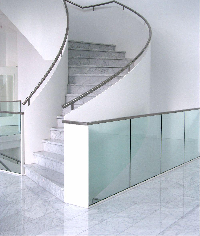 Marmor und glas vermitteln das gefühl von luxus und komfort foto