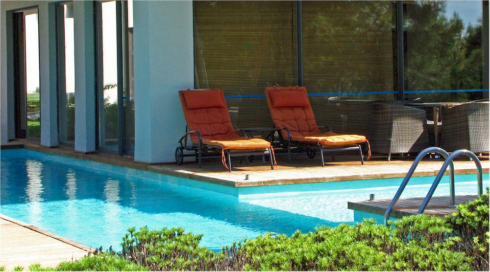 Pool im Garten der Luxusimmobilie