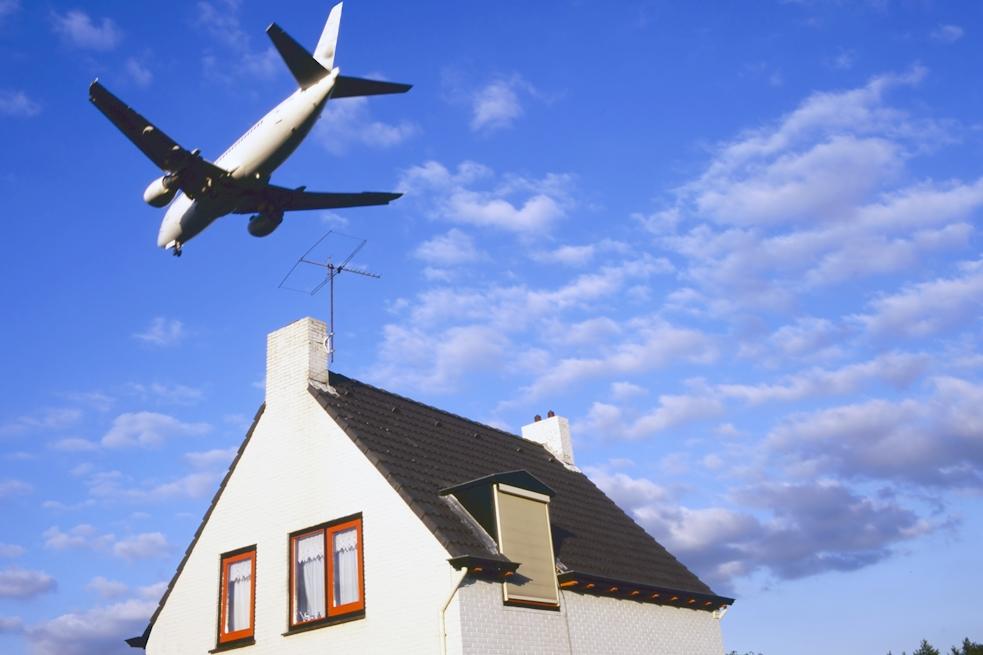 Fluglärm kann Hausbewohnern das Leben zur Qual machen (Foto: Foto: vanbeets / Clipdealer.de)