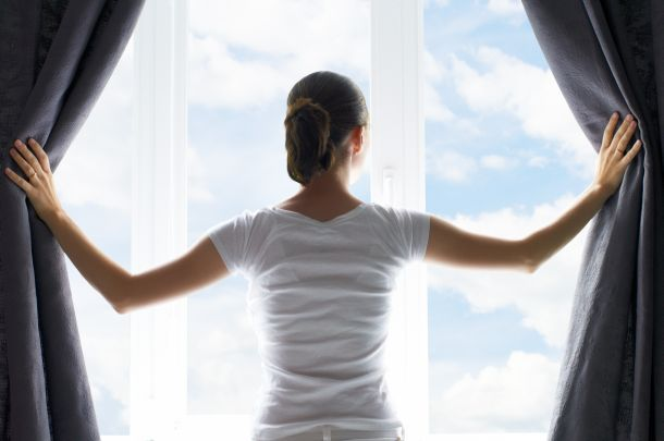 Eine Kombination aus blickdichten und transparenten Vorhängen ist ideal.