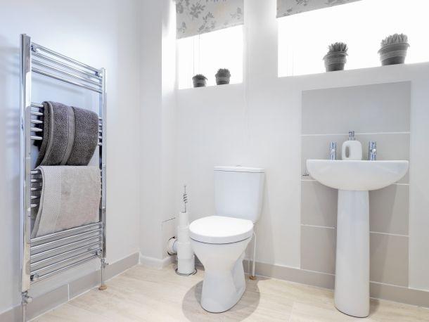 Die Liegende Fenstervariante Ist Eine Möglichkeit, Ins Badezimmer Genügend  Licht Zu Bringen Und Dennoch Die