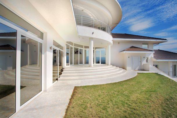 Fensterarten unterscheiden sich in ihrer Bauweise, dem verwendeten Rahmen-Material, der Verglasung, der Form, der Funktion oder im Öffnungsmechanismus.