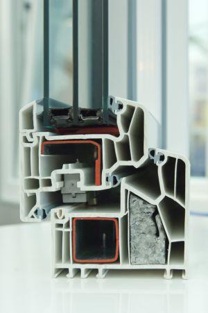 Je geringer der Anteil an extrem wärmeleitfähigen Materialien im Abstandshalter ist, desto besser ist die thermische Isolierung im Randbereich