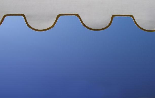 Markisen oder Rollläden, die außen angebracht sind, sind sehr wirkungsvoll, weil die Wärme gehindert wird, ins Innere einzudringen.