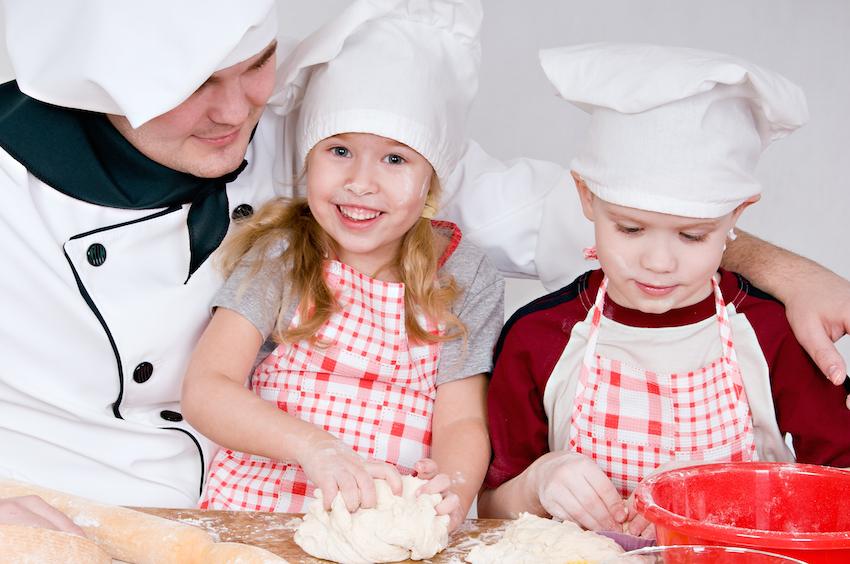 Nachwuchsköche in kindersicheren Küche