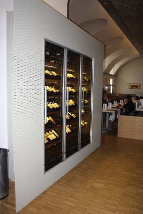 Gastronomie mit Akustikplatte an Wand