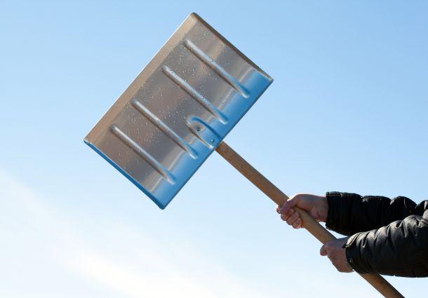 Eine Schneeschaufel gehört zur Grundausrüstung, wenn man Hausbesitzer ist. (Fotoquelle:zestmarina / clipdealer.de)