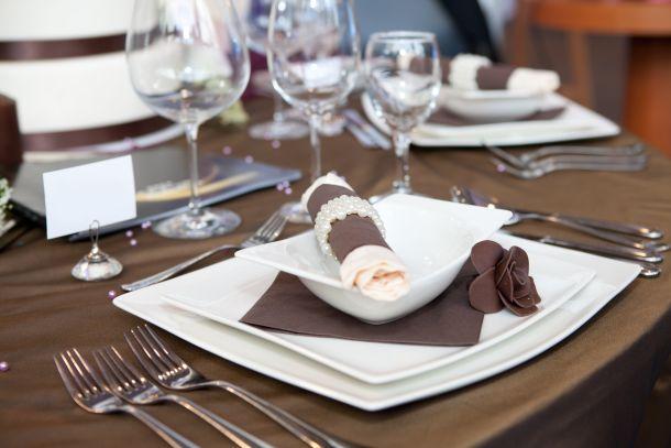 Der Tisch sollte breit und lang genug sein. (Bildquelle:  gsermek / clipdealer.de)