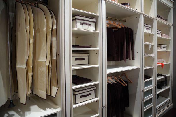 Mit Schranktüren ist die Kleidung gut geschützt. (Fotoquelle: paha_l / clipdealer.de)