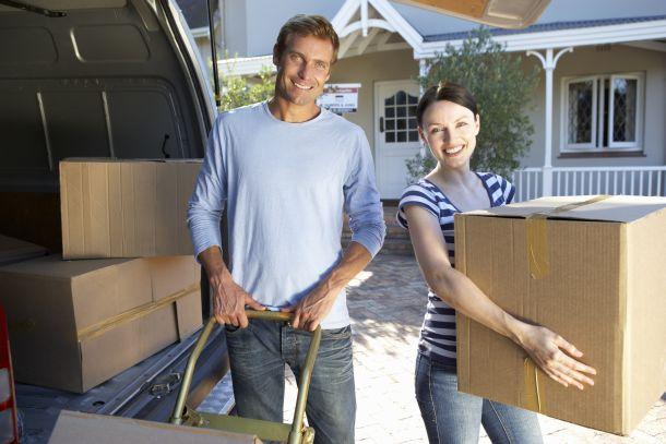 Es empfiehlt sich für den Umzug ein geräumiges Fahrzeug zu organisieren, in dem Sie sperrige Möbelstücke, die Sie nicht auseinanderlegen können oder wollen wie Sofas, Tische und Schränke, bequem und sicher transportieren können.