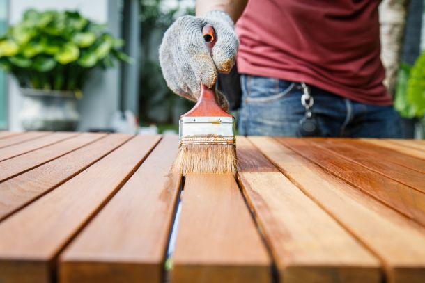 Pflegen Sie Holzmöbel mit einem geeigneten Öl. (Bildnachweis: phanuwatnandee / clipdealer.de)
