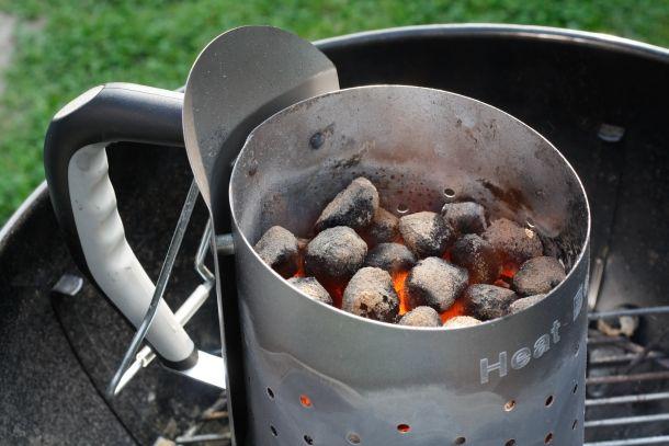 Mit einem Anzündkamin kommen die Kohlen schnell und sicher zum Glühen. (Bildquelle: leeser / clipdealer.de)