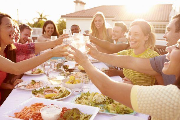 Mit einer voll ausgestatteten Außenküche lassen sich ganze Menüs zubereiten. (Bildquelle:  stockbroker / clipdealer.de)