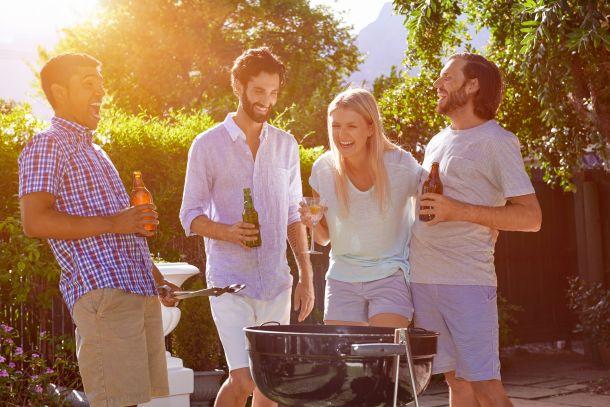 Barbecue und Grillen mit Freunden - Sommergenuss pur! (Bildquelle: warrengoldswain / clipdealer.de)