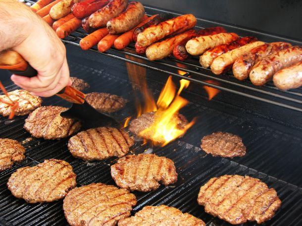 Die zweite Hitzezone kann dam langsamen Garen oder Warmhalten dienen. (Bildquelle: bellafotosolo / clipdealer.de)