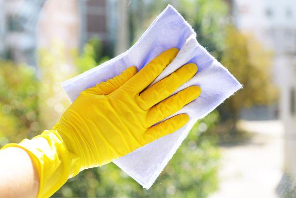 Mit einem Microfasertuch lassen sich zurückgebliebene Wassertropfen entfernen. (Bildquelle: serezniy / clipdealer.de)