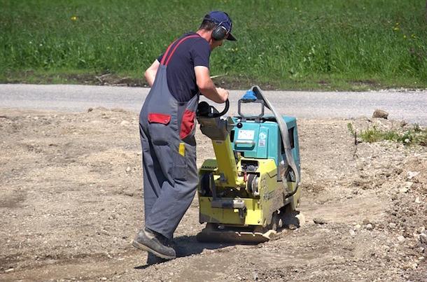 Um Bodenbeläge rund ums Haus zu verdichten, ist eine Rüttelplatte unerlässlich. Fotoquelle: Pixabay (CCO)