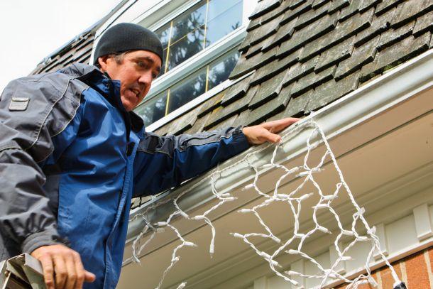 Um hängende Beleuchtung sicher anzubringen, brauchen Sie eine standfeste Leiter. (Fotoquelle: dansamy / clipdealer.de)