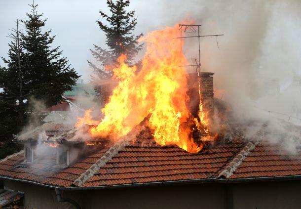 Bei einer Haushaltsversicherung ist auch der Wohnungsinhalt gegen Feuer versichert. (Fotoquelle: cylonphoto / clipdealer.de)