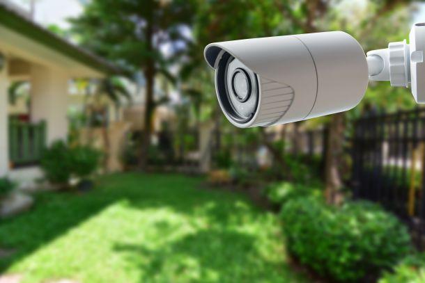 Viele Hausbesitzer überwachen ihr Haus und Grundstück mit einer Videokamera. (Fotoquelle: photographicss / clipdealer.de)
