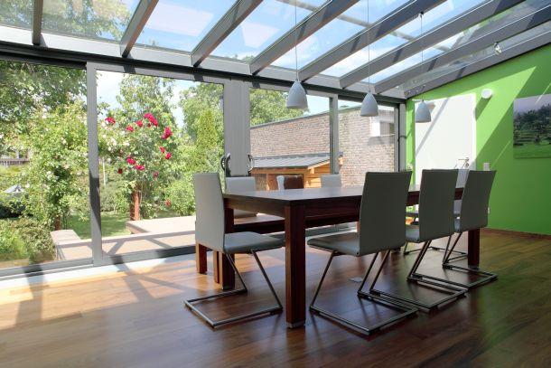Ein intelligenter Wintergarten reduziert auf lange Sicht die Kosten für Heizenergie. (Fotoquelle: rolandsp / clipdealer.de)