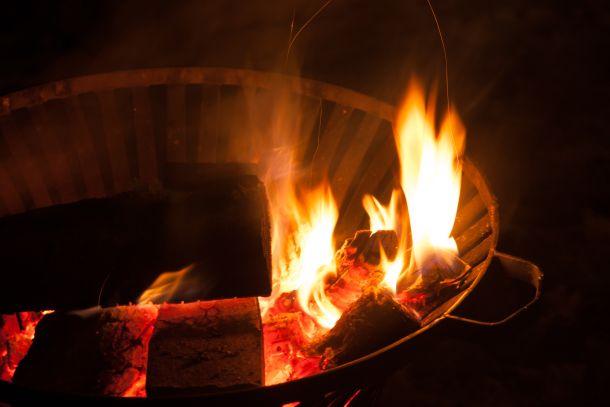 Feuerschalen bieten eine breite Feuerfläche und erinnern stark an ein klassisches Lagerfeuer. (Fotoquelle: Copit / clipdealer.de)