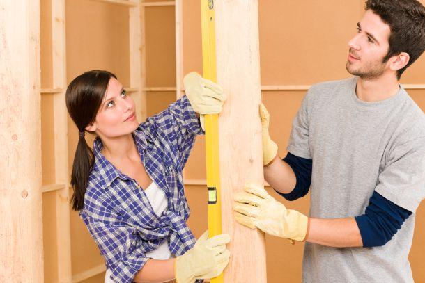 Gehen Sie systematisch vor, wenn Sie Möbelstücke aufbauen wollen. (Fotoquelle: CandyBoxImages / clipdealer.de)