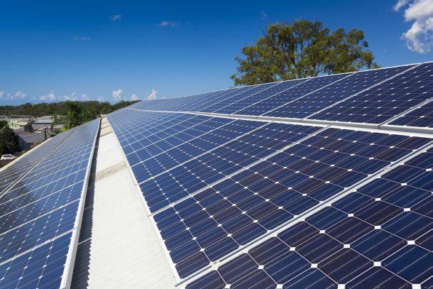 Mit Solarpaneelen wird die Sonneneinstrahlung auf das Haus in den kalten Monaten perfekt ausgenutzt. (Fotoquelle: zstockphotos / clipdealer.de)