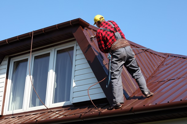 Eine Dachsanierung ist nicht immer leicht und muss oft von einem gelernten Dachdecker erledigt werden. (Bildquelle: tombaky, clipdealer.de)