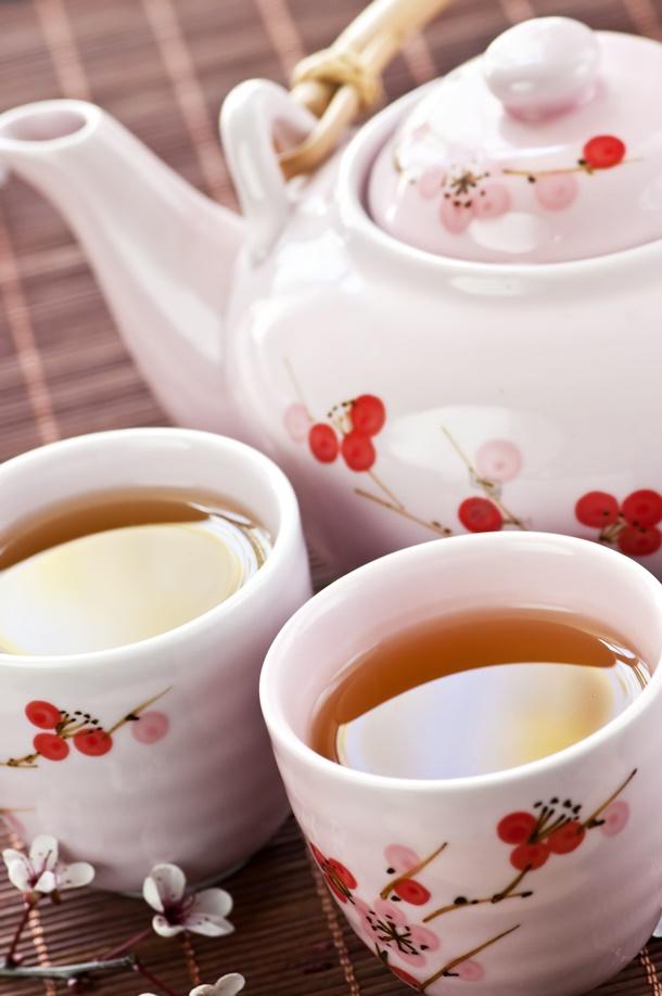 Ein Hauch von Asien - trinken Sie Ihren Tee aus hübschen Kirschblütentassen. (Bildquelle: elenathewise, clipdealer.de)