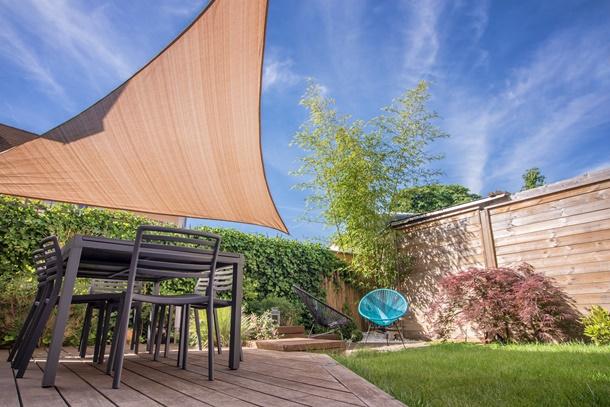Modern und stilvoll auf der Terrasse - das Sonnensegel. (Bildquelle: delcreations / clipdealer.de)