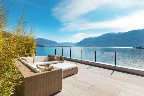 Feinsteinzeug ist ein sehr robustes Material und darum als Terrassenplatte auch immer beliebter. (Fotoquelle:  piovesempre / clipdealer.de)