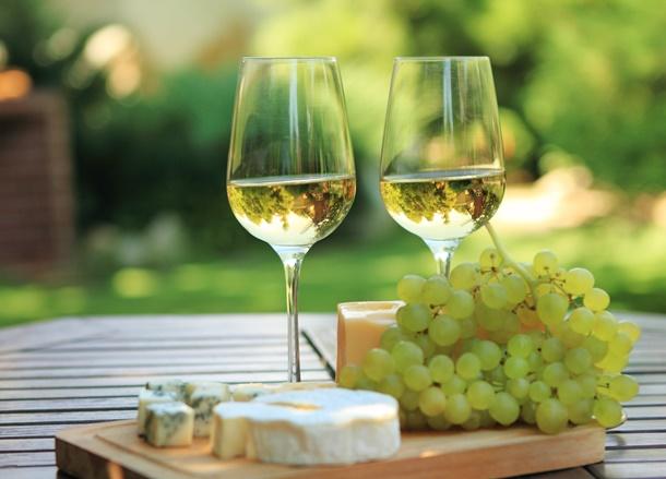 So lässt sich der Wein genießen! In Ihrem eigenen, italienischen Garten schmeckt er noch viel besser. (Bildquelle: dasha11, clipdealer.de)