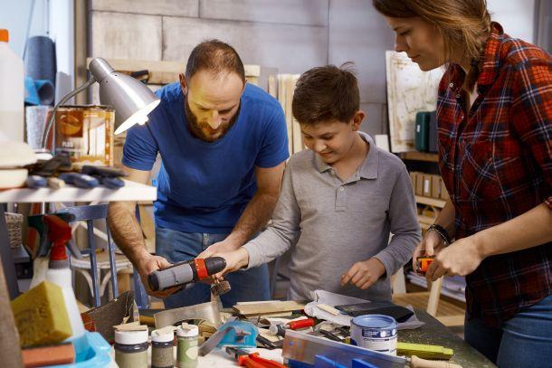 Basteln Sie mit Ihrem Kind ein DIY-Mobile aus dünnem Sperrholz. (Fotoquelle:  nyul / clipdealer.de)
