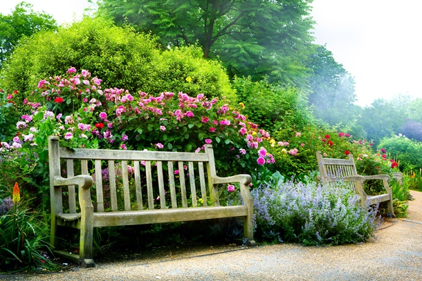 Eine Gartenbank lässt Sie Ihren Garten aus verschiedenen Perspektiven betrachten. (Bildquelle: konstanttin, clipdealer.de)