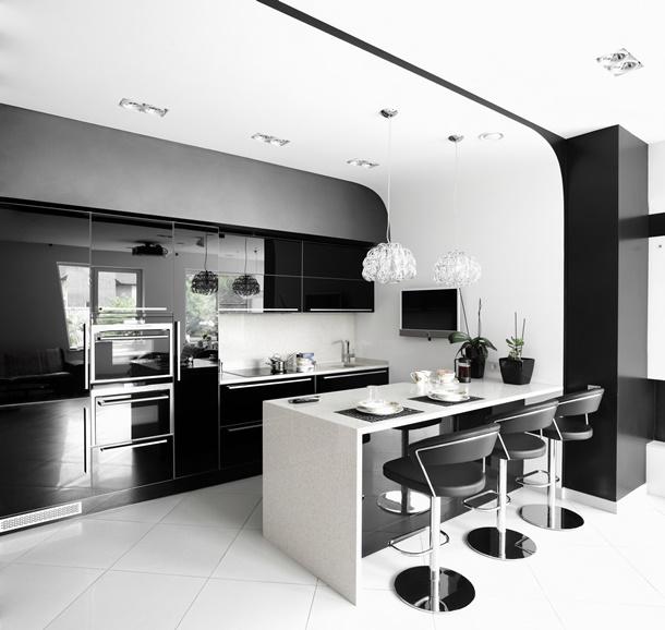 Eine schwarze Küche ist gewagt, aber mit hellen Kontrasten punktet der dunkle Unterschrank. (Bildquelle: fiphoto, clipdealer.de)