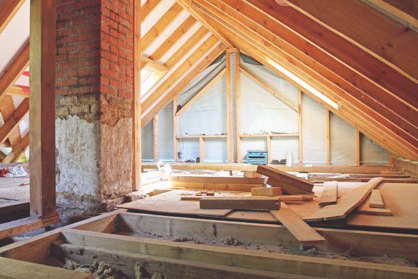 Durch die Dämmung des Dachbodens werden die Heizkosten in den darunter liegenden Räumen reduziert. (Fotoquelle: ronstik / clipdealer.de)