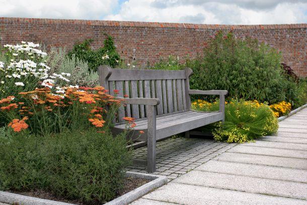 Gartenmöbel aus Holz werden aufgrund der UV-Strahlung grau. (Bildnachweis: marilyna / clipdealer.de)