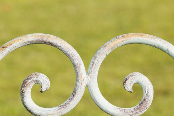 Gartenmöbel aus Metall sollten ab und zu neu lackiert werden. (Bildnachweis: sasel77)