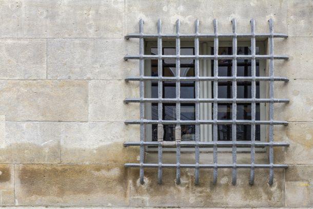 Vor das Fenster montierte Gitterstangen. (Fotoquelle: novi / clipdealer.de)
