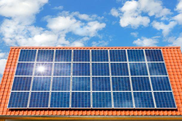 Werden Sie unabhängiger, indem Sie eine Photovoltaikanlage auf dem Dach installieren. (Fotoquelle: Smileus / clipdealer.de)
