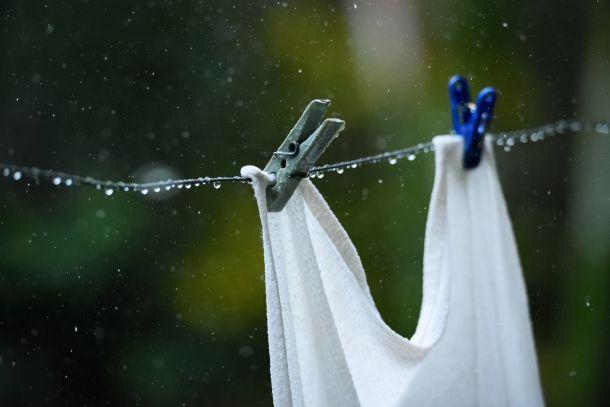 Ein überraschender Regenschauer macht das Waschergebnis zunichte. (Fotoquelle: dimarik16 / clipdealer.de)