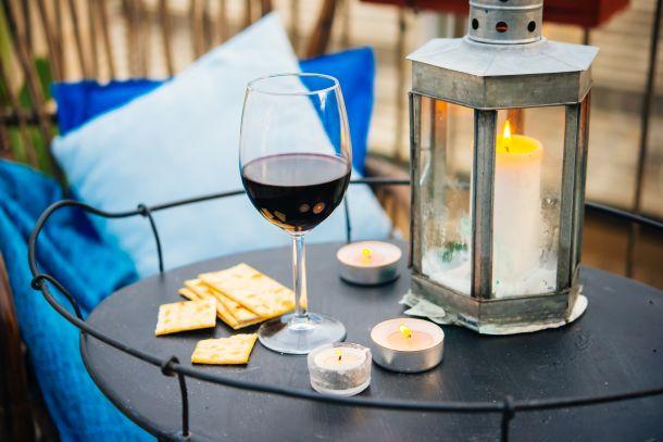 Mit Decken, Kissen, Kerzen, Fackeln und Lichterketten sorgen Sie für eine heimelige Stimmung. (Fotoquelle: gregorylee / clipdealer.de)