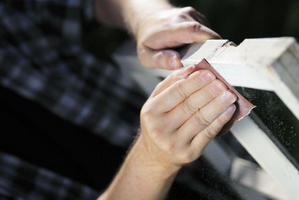 Mit dem Anschleifen wird das Holz gut auf den neuen Anstrich vorbereitet. (Fotoquelle: stocksnapper / clipdealer.de)