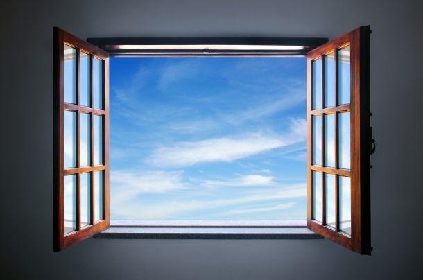 Es ist wichtig, Holzfenster regelmässig zu streichen. (Fotoquelle: ccaetano / clipdealer.de)