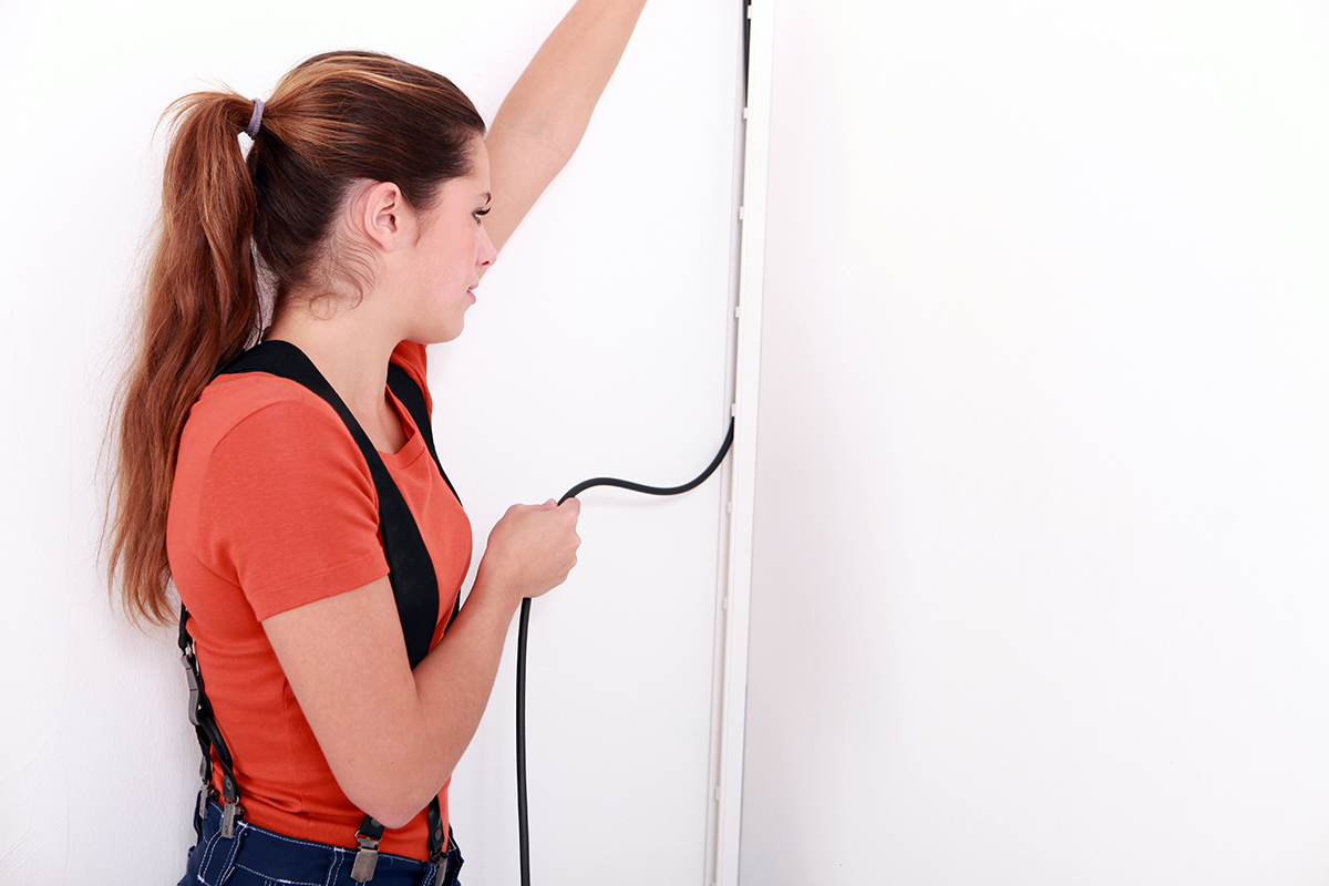 Relativ einfach und außerdem preiswert lassen sich Elektrokabel auf dem Putz verlegen.