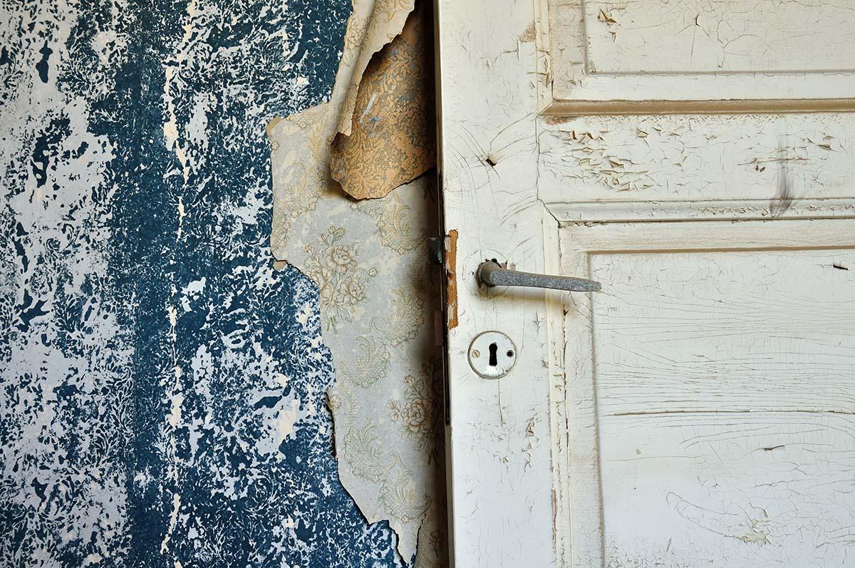 Bevor Sie Ihre Wände tapezieren, müssen Sie die alten Tapeten entfernen.