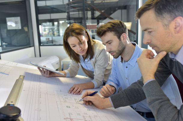 Überlegen Sie im Zusammenhang mit der Gründung einer Baufirma, ob Sie von Beginn an Mitarbeiter einstellen möchten. (Bildquelle: goodluz / clipdealer.de)