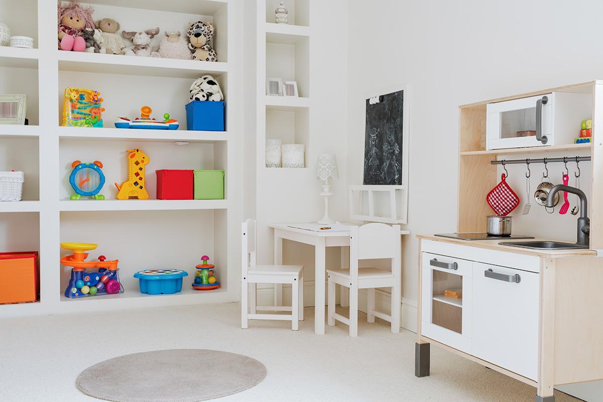 Es ist empfehlenswert, das Spielzimmer mit schlichten Möbeln auszustatten.