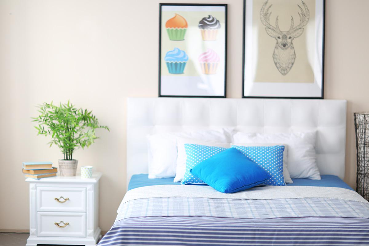 Jedes Bild, das einen in gute Stimmung bringt, passt perfekt ins Schlafzimmer.